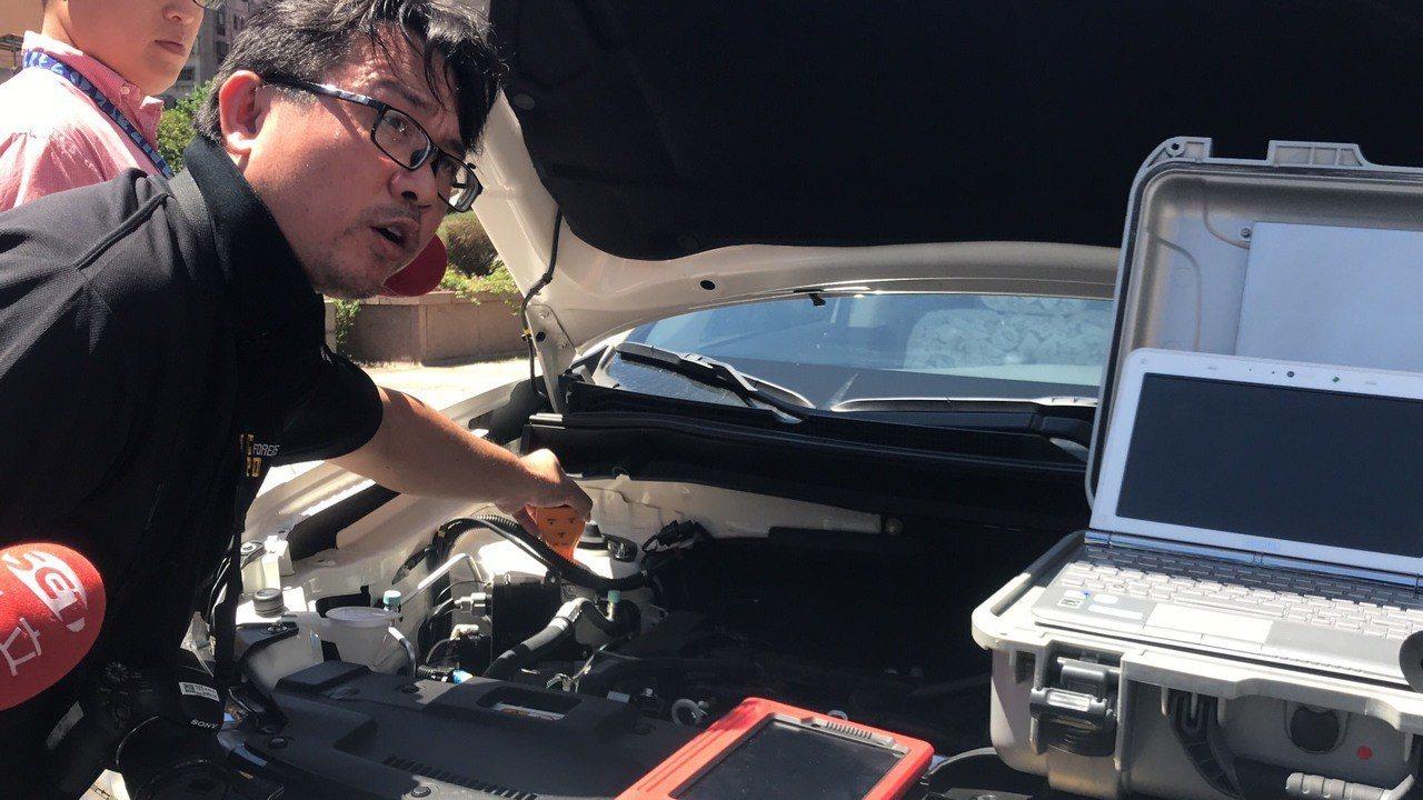 警方檢測中古車有無遭「借屍懷魂」。記者蕭雅娟/攝影