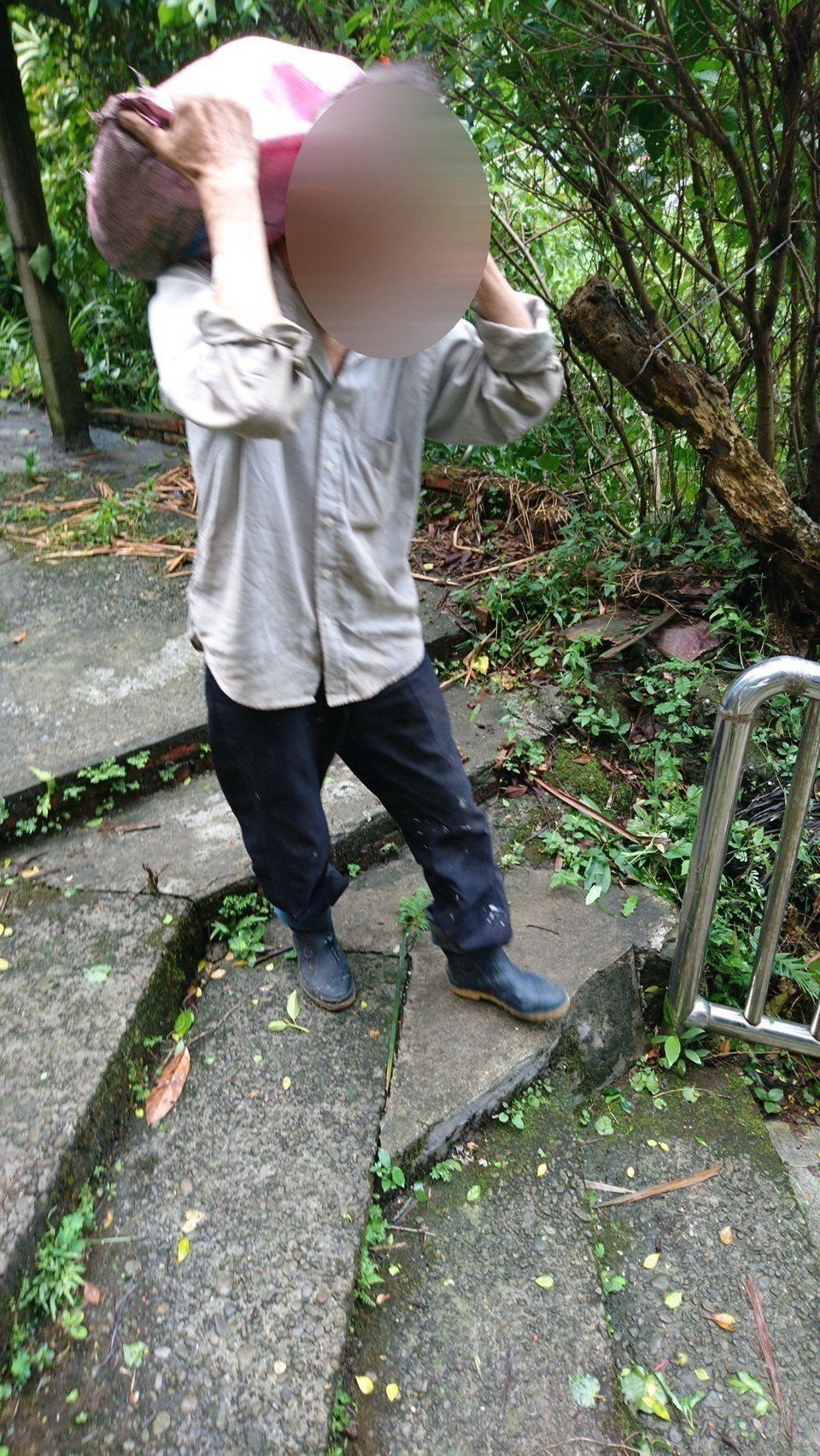 暖警好心幫忙扛麻袋阿伯,赫見袋內沒竹筍是偷來電線。圖/警方提供