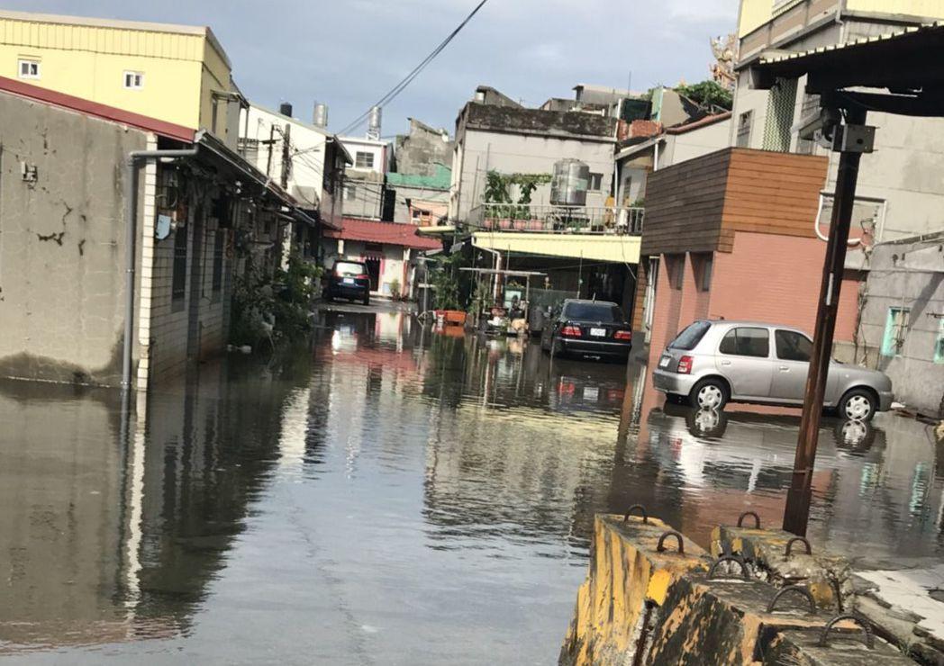 高市旗津區輪渡站附近這兩天早上都發生海水倒灌。圖/高雄市議員簡煥宗服務處提供