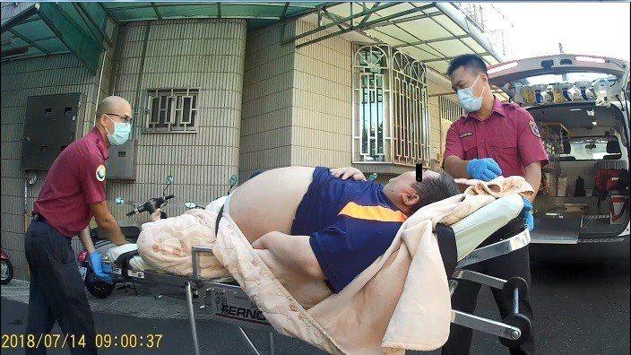 嘉義市張姓男子近一個半月打電話叫救護車的次數達11次,今天因頭痛打119,嘉義市...