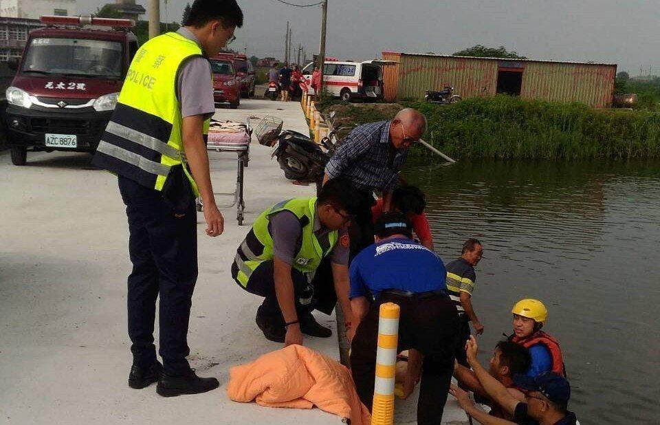 消防員下水將婦人救上岸送醫。記者卜敏正/翻攝