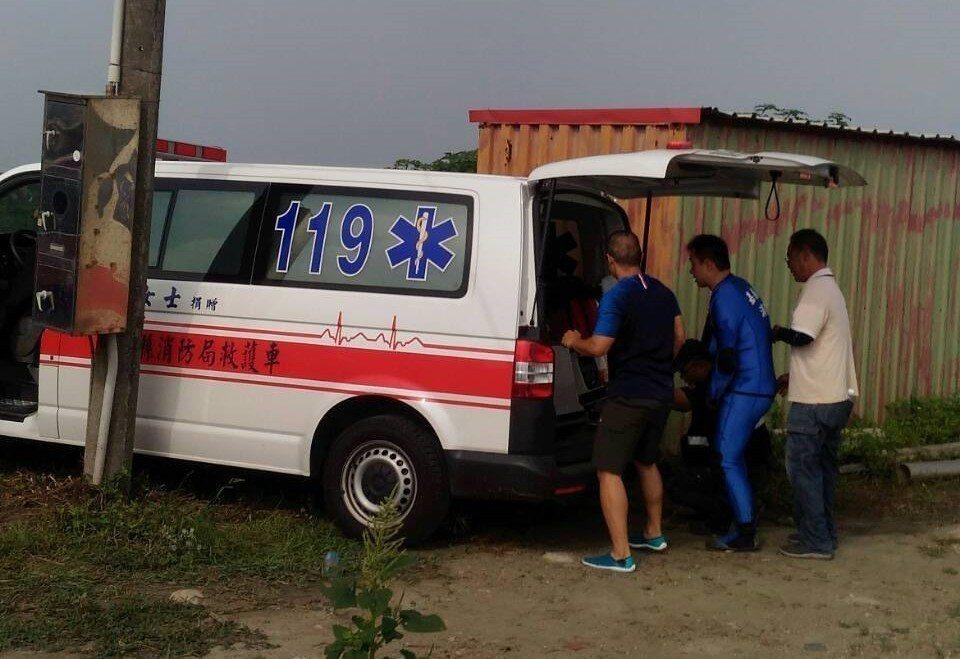 消防員將婦人救上岸送醫。記者卜敏正/翻攝