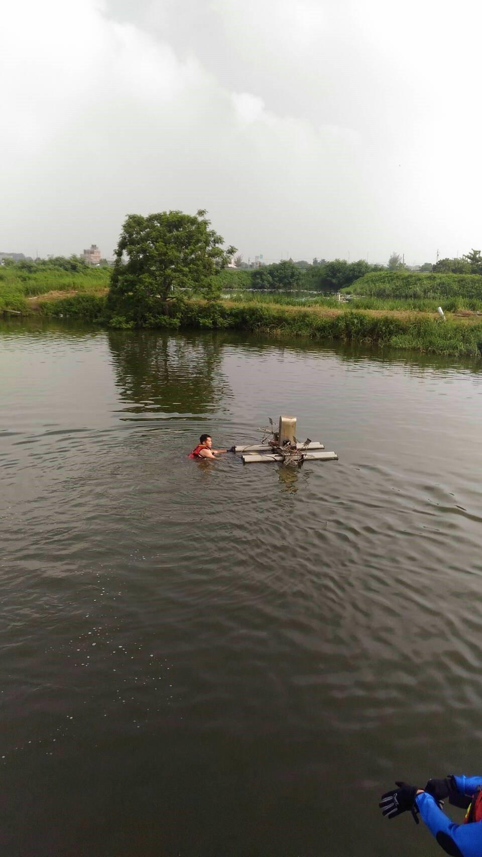 消防員下水將婦人救上岸。記者卜敏正/翻攝