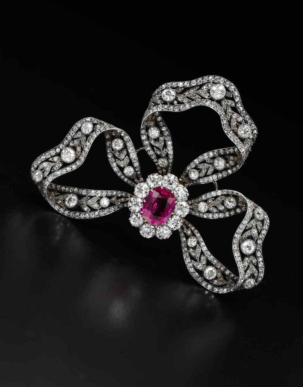 奧地利大公爵菲德烈贈禮的紅寶石與鑽石胸針,可當作髮飾配戴,約1900年製作。估價...