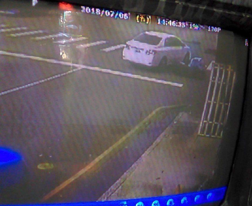 台中市陳姓女子6日下午開車撞到騎車的鄧姓男子,隨後開車離開,全被路口監視器拍下。...