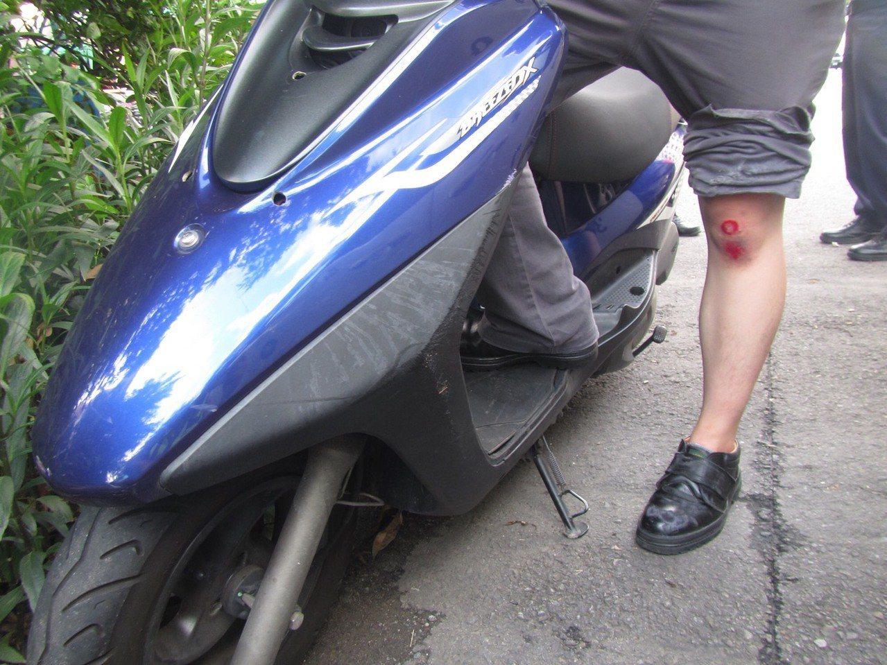 台中市陳姓女子6日下午開車撞到騎車的鄧姓男子,隨後開車離開,鄧的膝蓋受傷。記者陳...