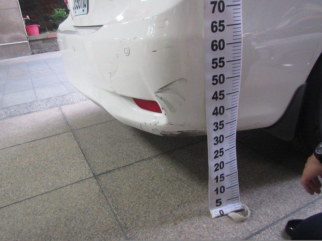 台中市陳姓女子6日下午開車撞到騎車的鄧姓男子,隨後開車離開,全案今依肇事逃逸、過...