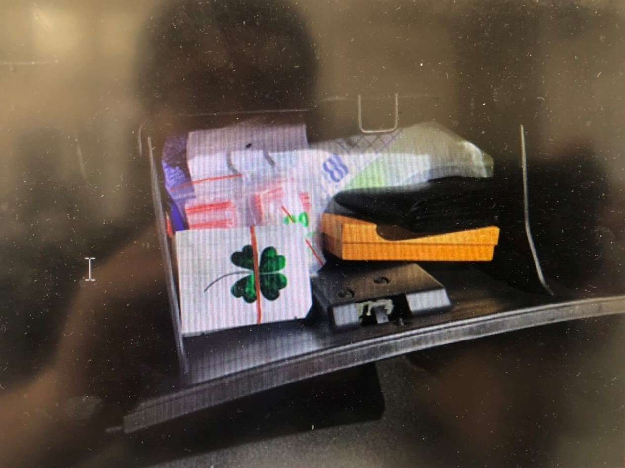 警方在副駕駛前置物箱查獲毒咖啡包8包,有幸運草圖案的白色包裝袋裝有毒咖啡。記者陳...