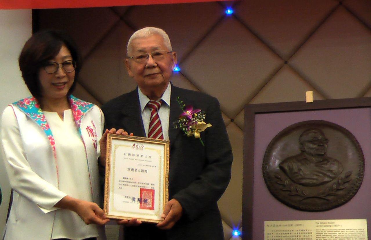 有「智多星信將」之稱的林信彰(右),以競技類獎入台灣棒球名人堂,由高雄市議長康裕...