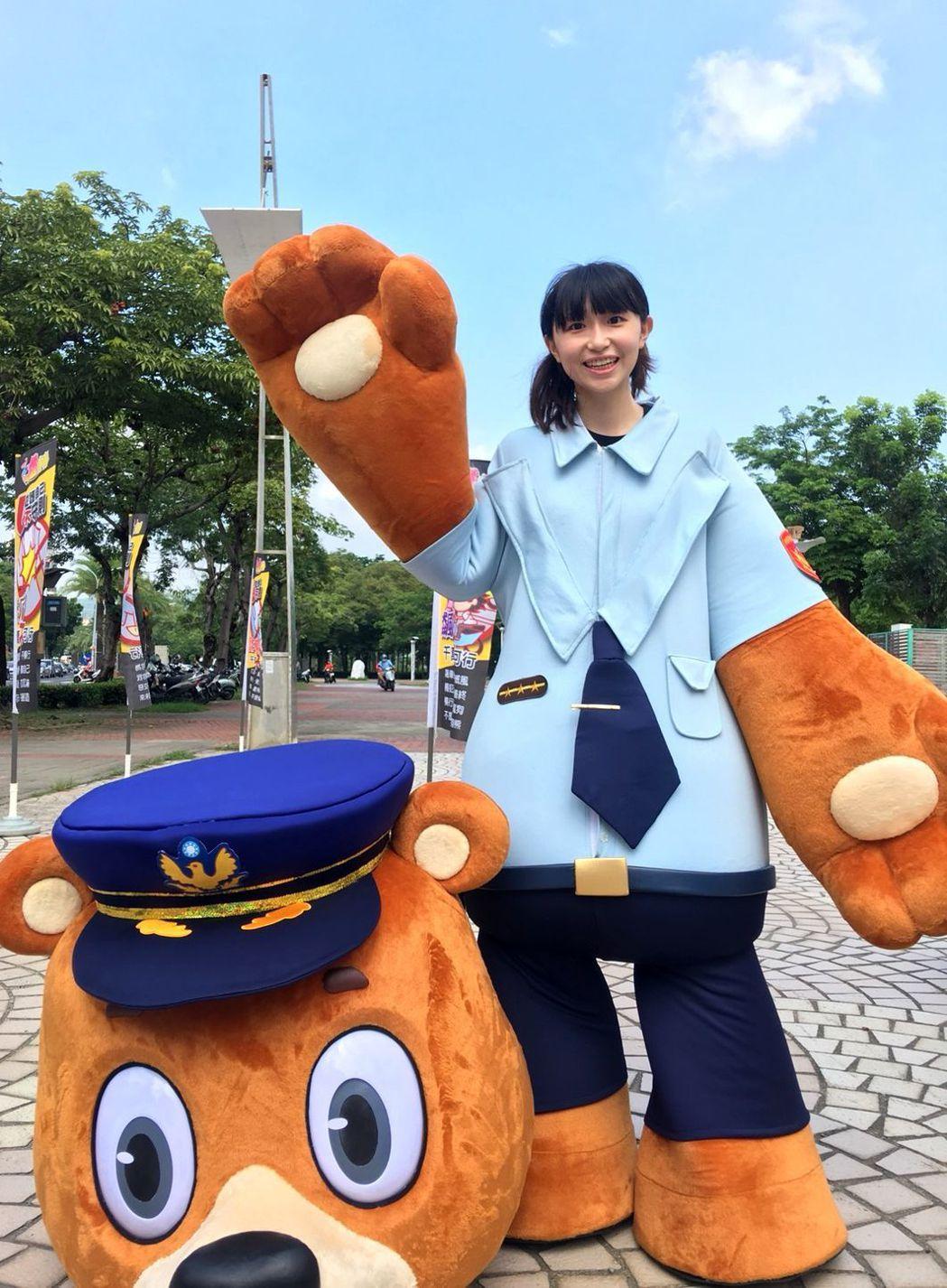 剛考上警大研究所的正妹女警黃茗穿上熊古力公仔裝,為反毒活動添趣。記者林保光/翻攝