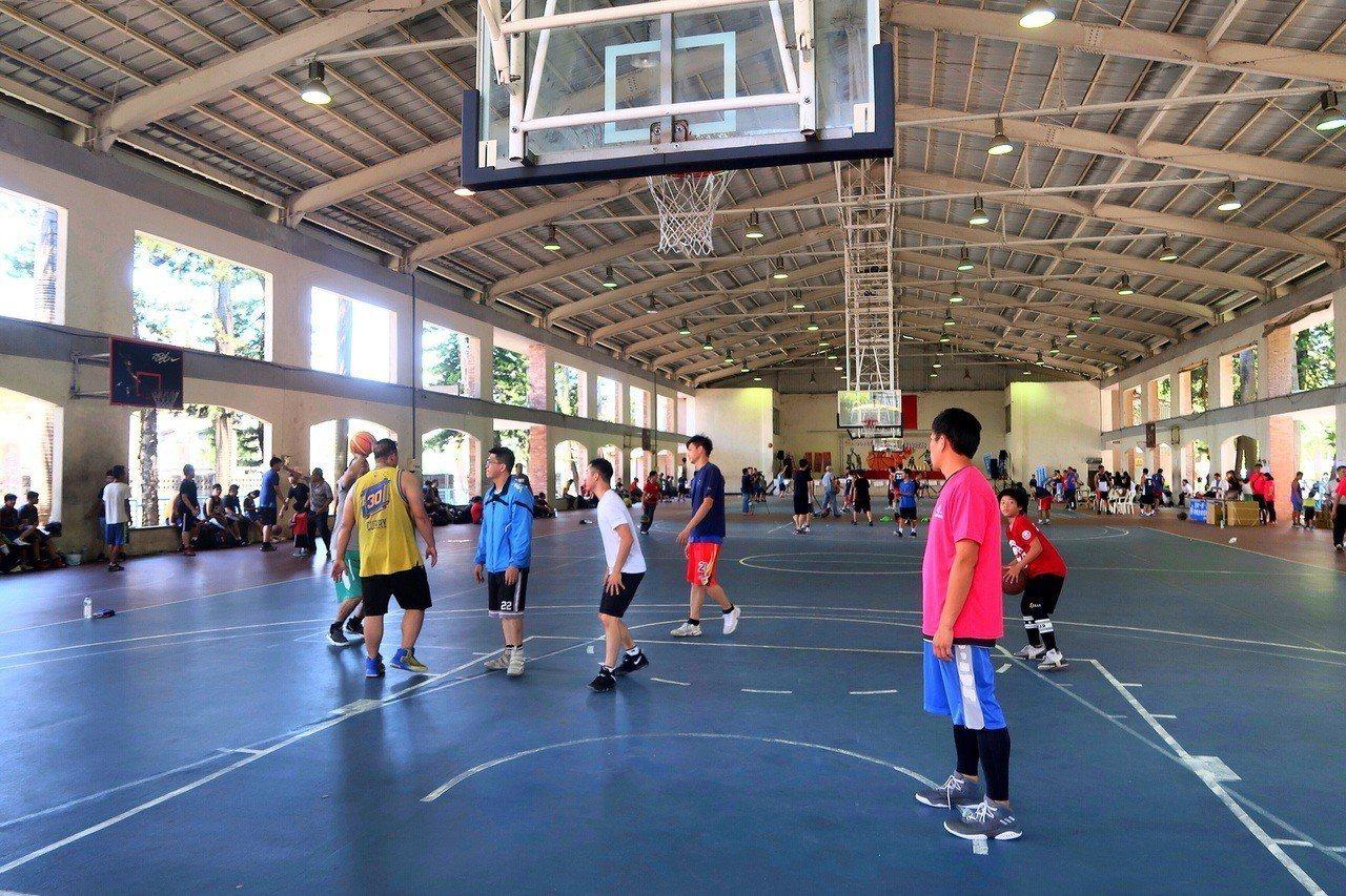 台灣之心籃球錦標賽今明兩天在南投縣埔里鎮比賽,吸引全國六百多名籃球好手組隊參加。...