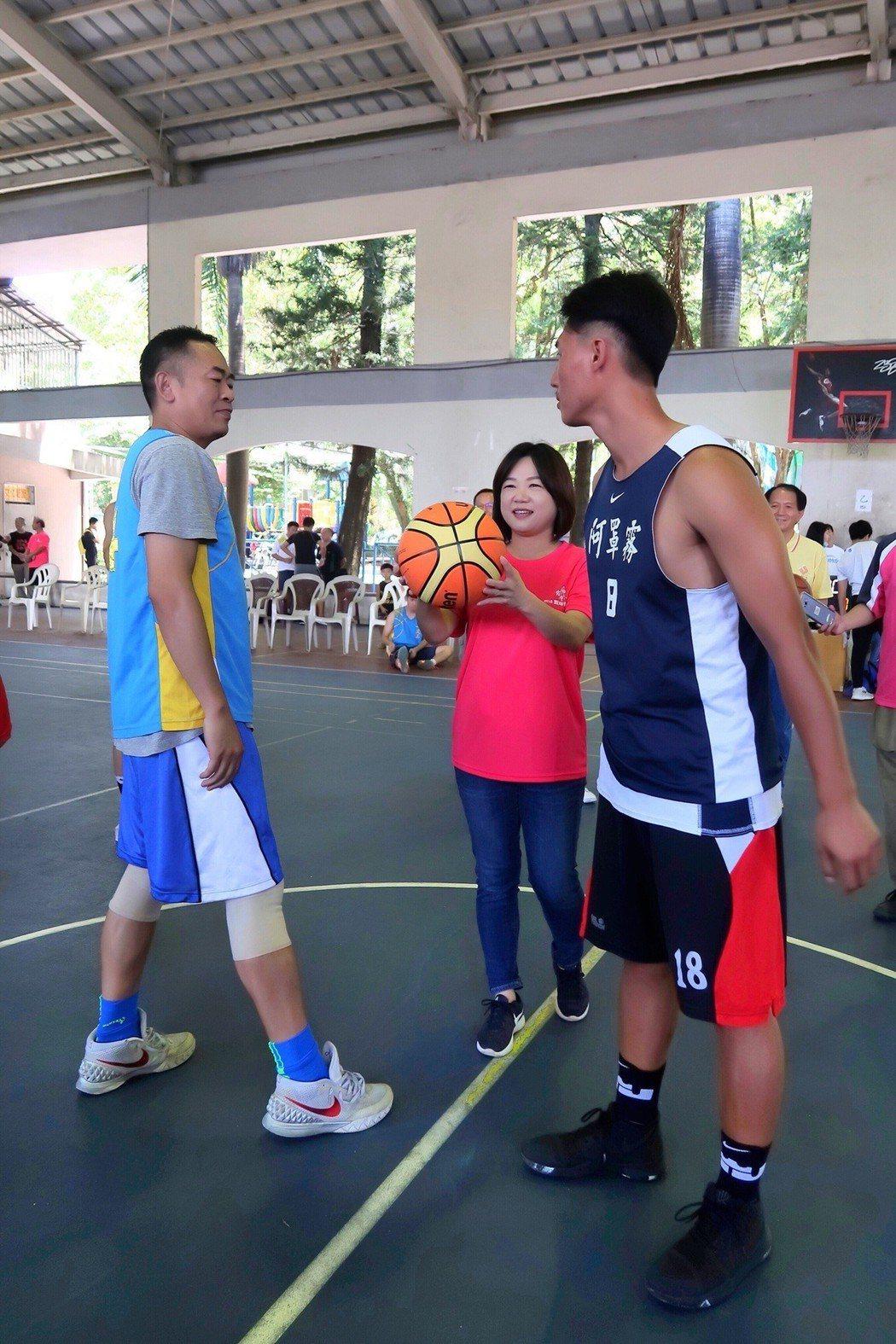 台灣之心籃球錦標賽在南投縣埔里鎮舉行,今天由立委馬文君(中)開球,鼓勵青少年運動...