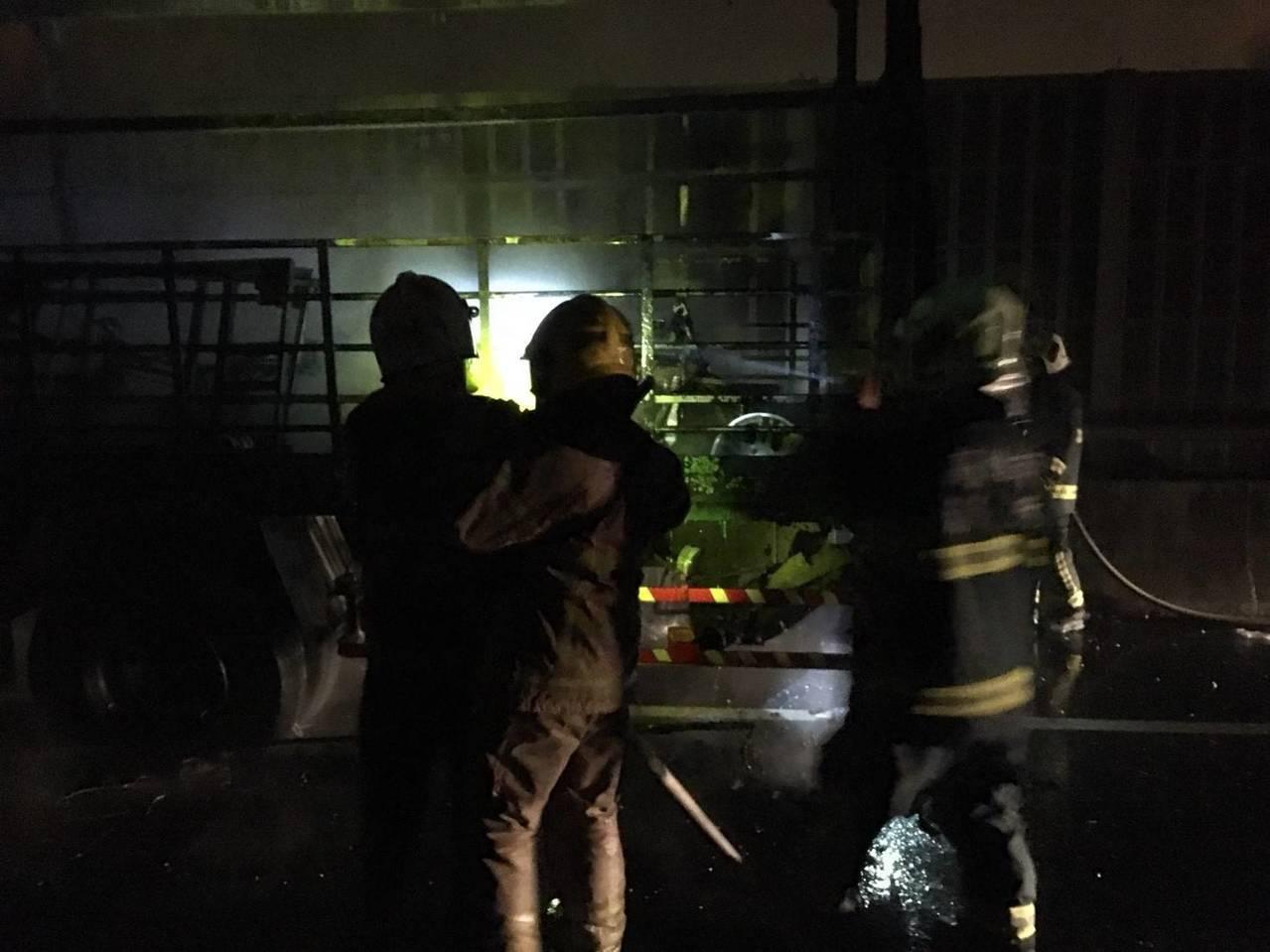 本月13日晚間11點,高市警方、消防人員接獲報案,台88往高雄大寮方向4.4K處...