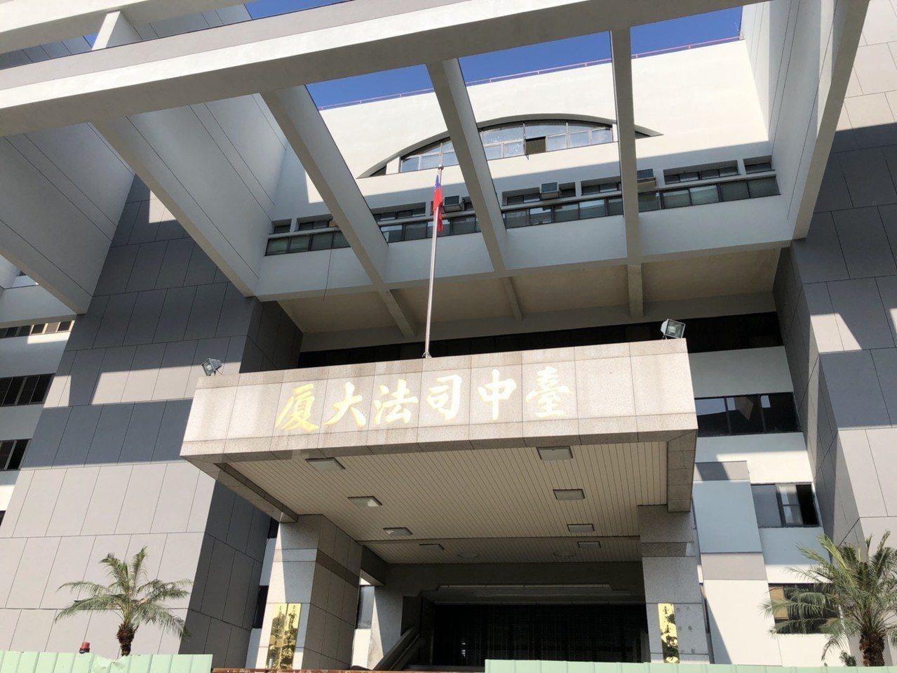 連姓女子颱風天車停繳費停車場,車被砸毀業者判賠14萬。報系資料照