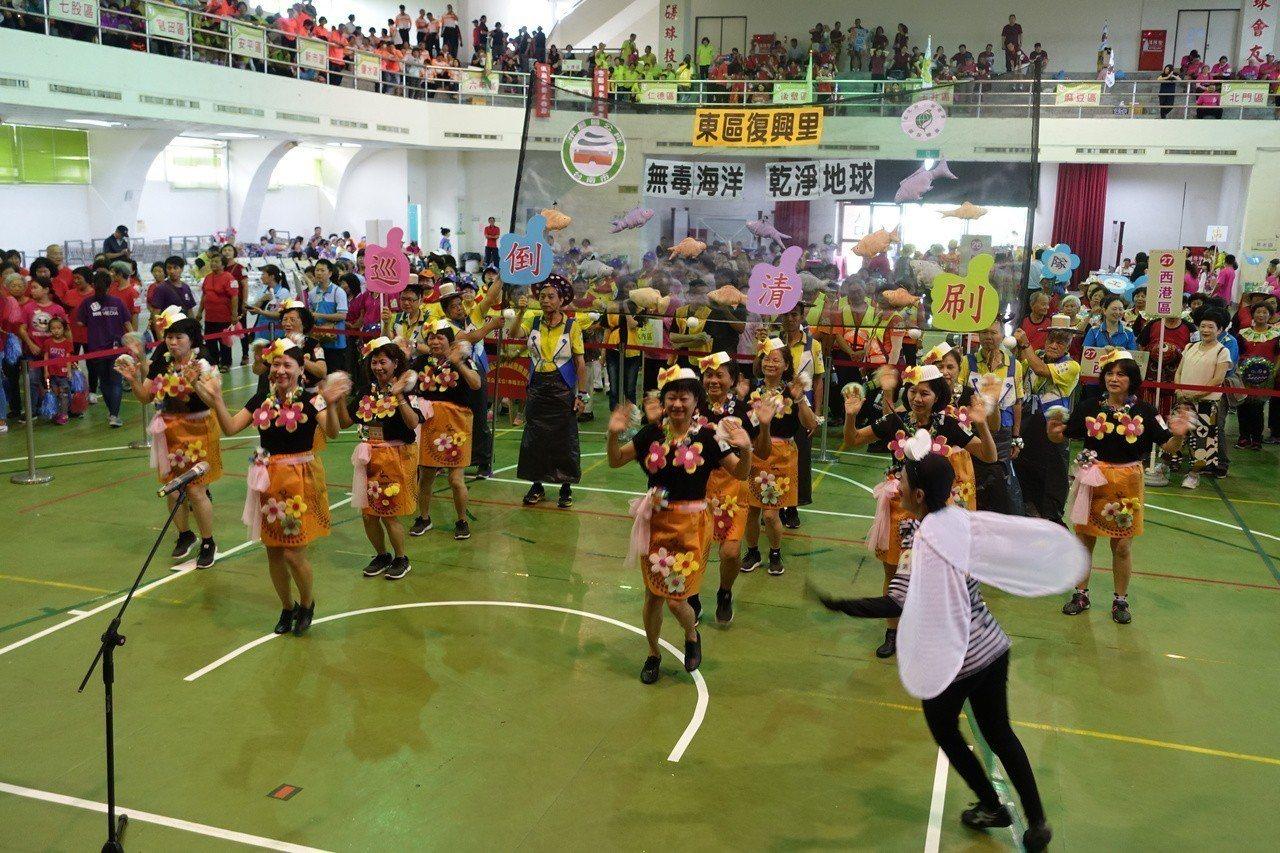 台南市政府環保局今天在台南高工舉辦環保志義工群英會,700多名環保志義工齊聚一堂...