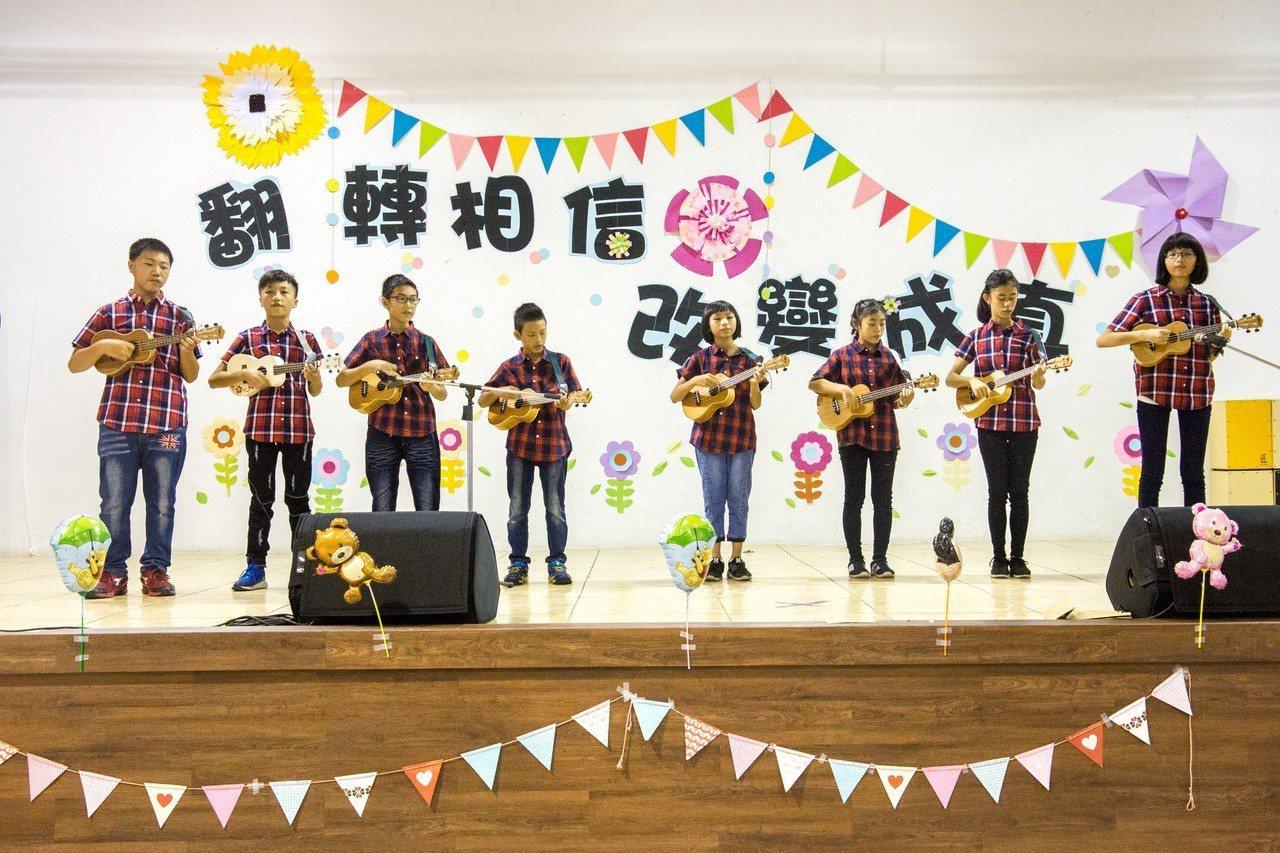 來自花蓮偏鄉玉里鎮的8位孩童參加「烏克麗麗才藝隊」,全數考過街頭藝人證照。記者蔡...