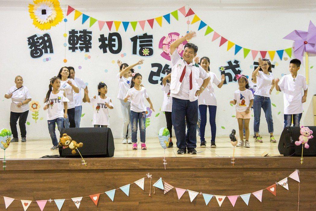 家扶社工帶領孩童一起跳開場舞。記者蔡翼謙/攝影