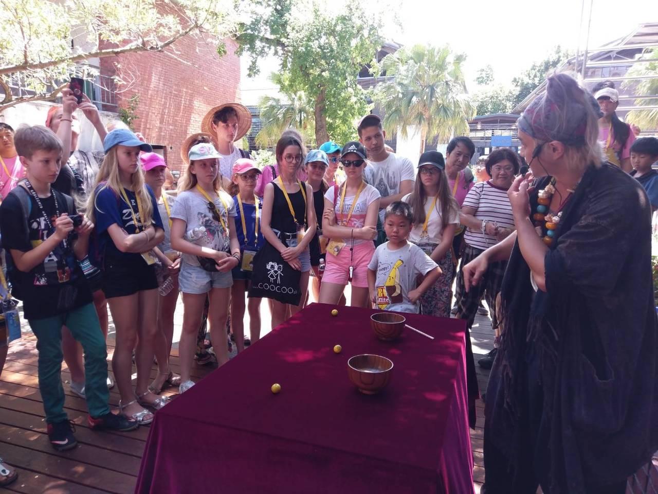 魔術師阿凡達現身宜蘭傳藝園區,今天遇上波蘭遊客,即興如Rap的解說,快到連眼睛都...