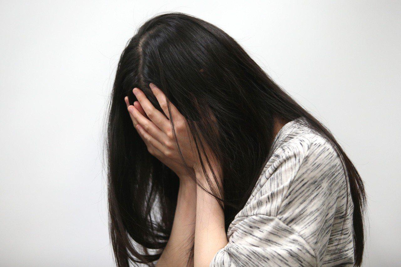 20歲女體重僅30多公斤,暖醫慰憂鬱女「這不是句點」。本報資料照片