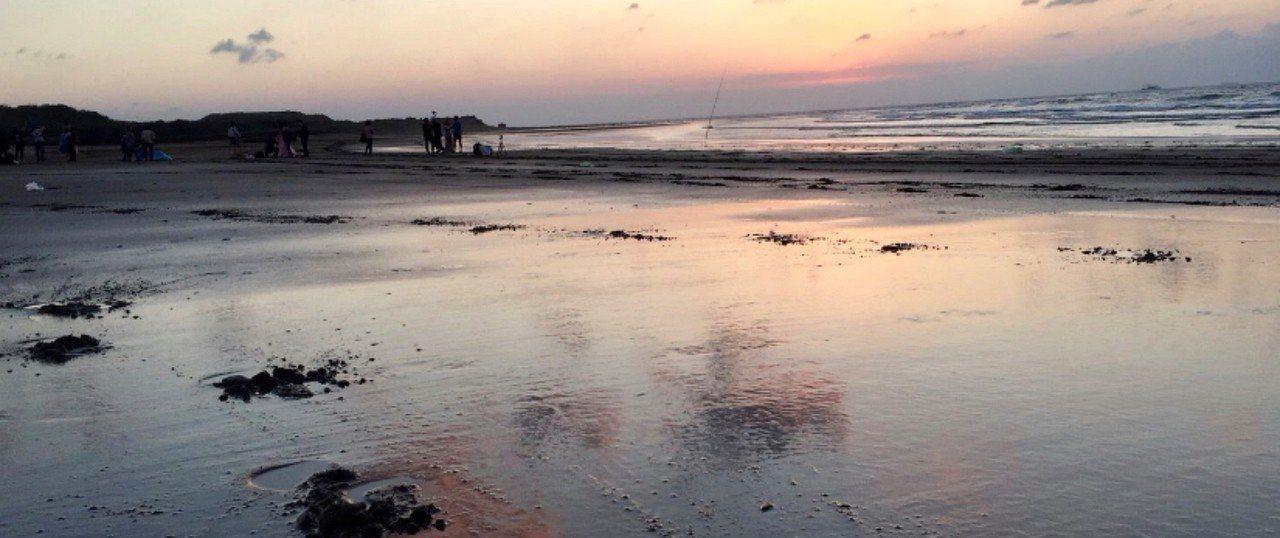 新北市淡水區洲子灣海濱遊樂區有2名乘坐充氣玩具戲水的小女孩,今天下午疑遭海浪帶出...