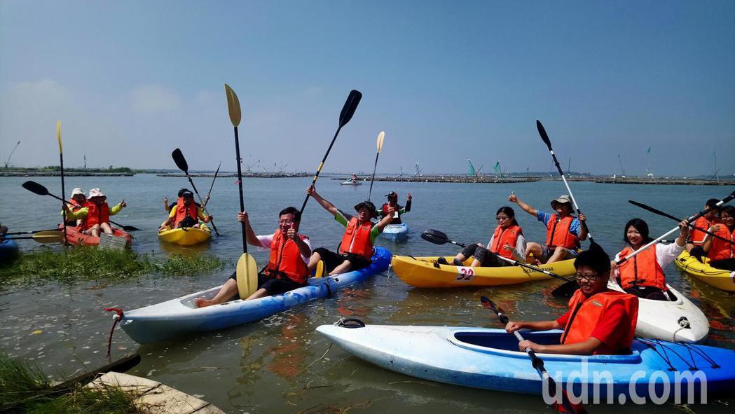 遊客體驗划獨木舟,覺得新鮮有趣。記者卜敏正/攝影