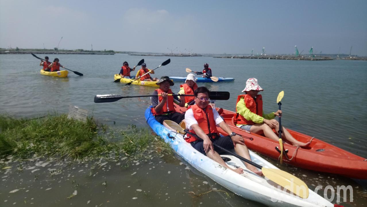 遊客在布袋海邊體驗划獨木舟。記者卜敏正/攝影