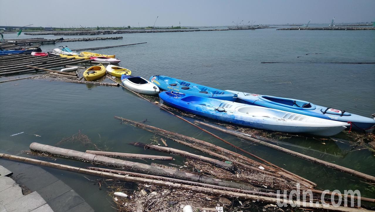 布袋海邊划獨木舟,可看到不少廢蚵棚及漂流垃圾。記者卜敏正/攝影
