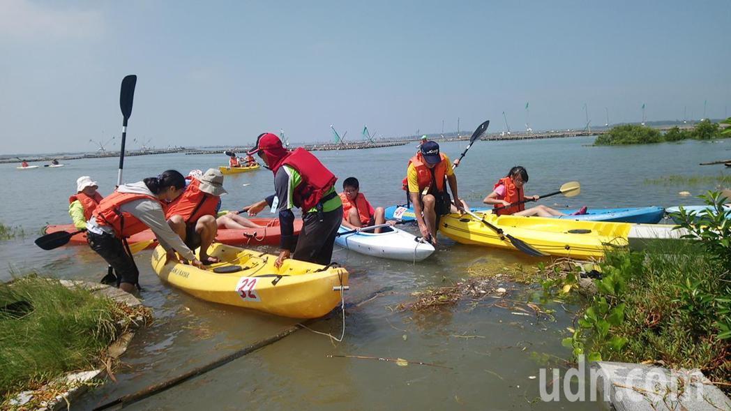 遊客在嘉義布袋海邊體驗划獨木舟,覺得新鮮有趣。記者卜敏正/攝影
