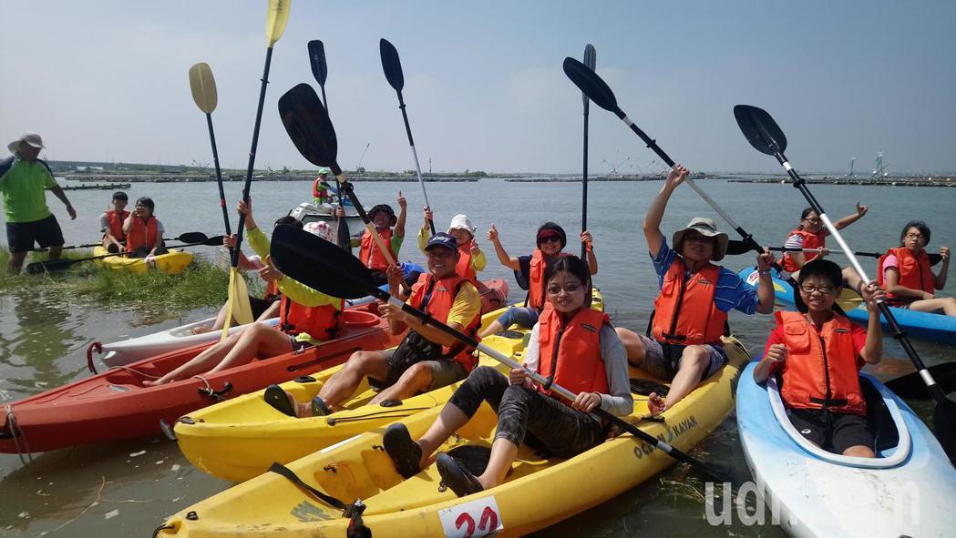 遊客在布袋海邊體驗划獨木舟,覺得新鮮有趣。記者卜敏正/攝影