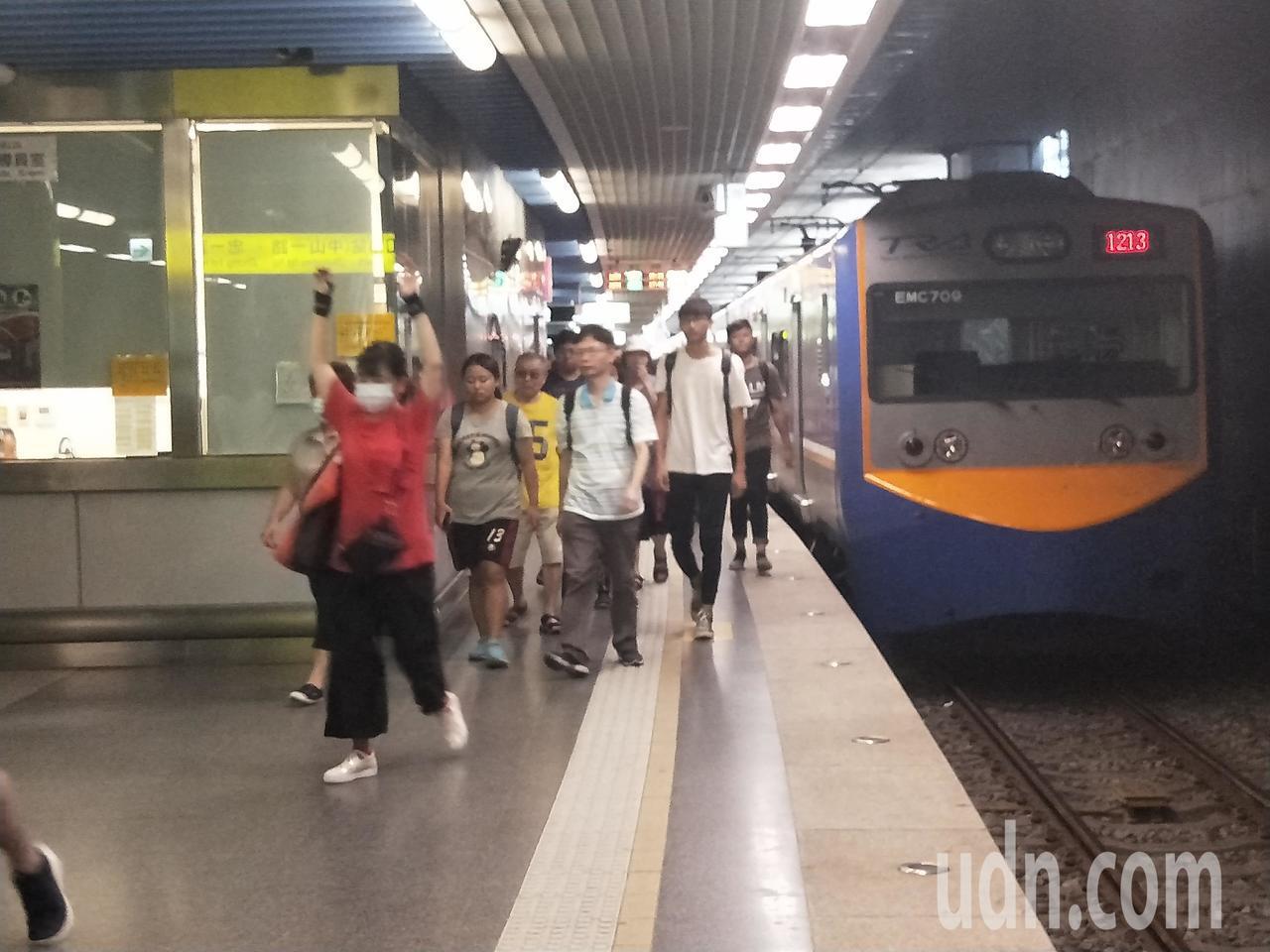基隆火車站下午人潮很多,到站列車也都延誤20分鐘以上。記者游明煌/攝影
