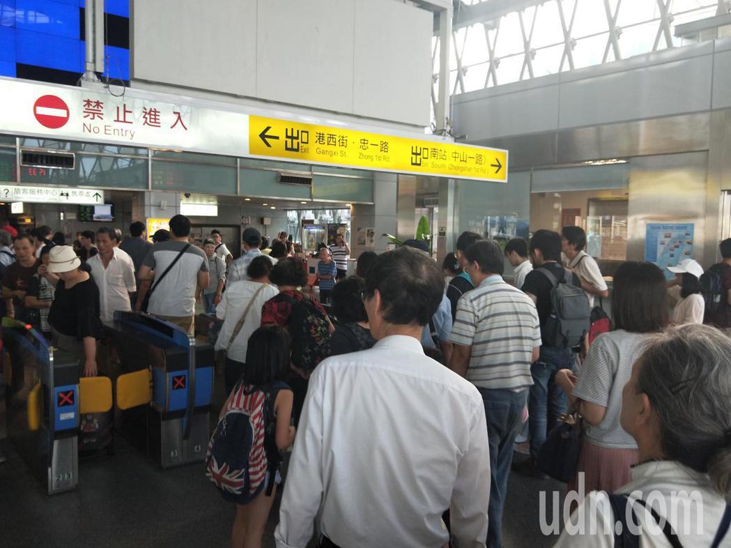 基隆火車站下午人潮很多,到站列車也都延誤10分鐘以上。記者游明煌/攝影