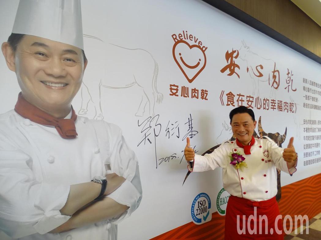 台灣知名的伴手禮業者碳味屋今天也插旗金門,並找來商品代言人「阿基師」出席開幕活動...