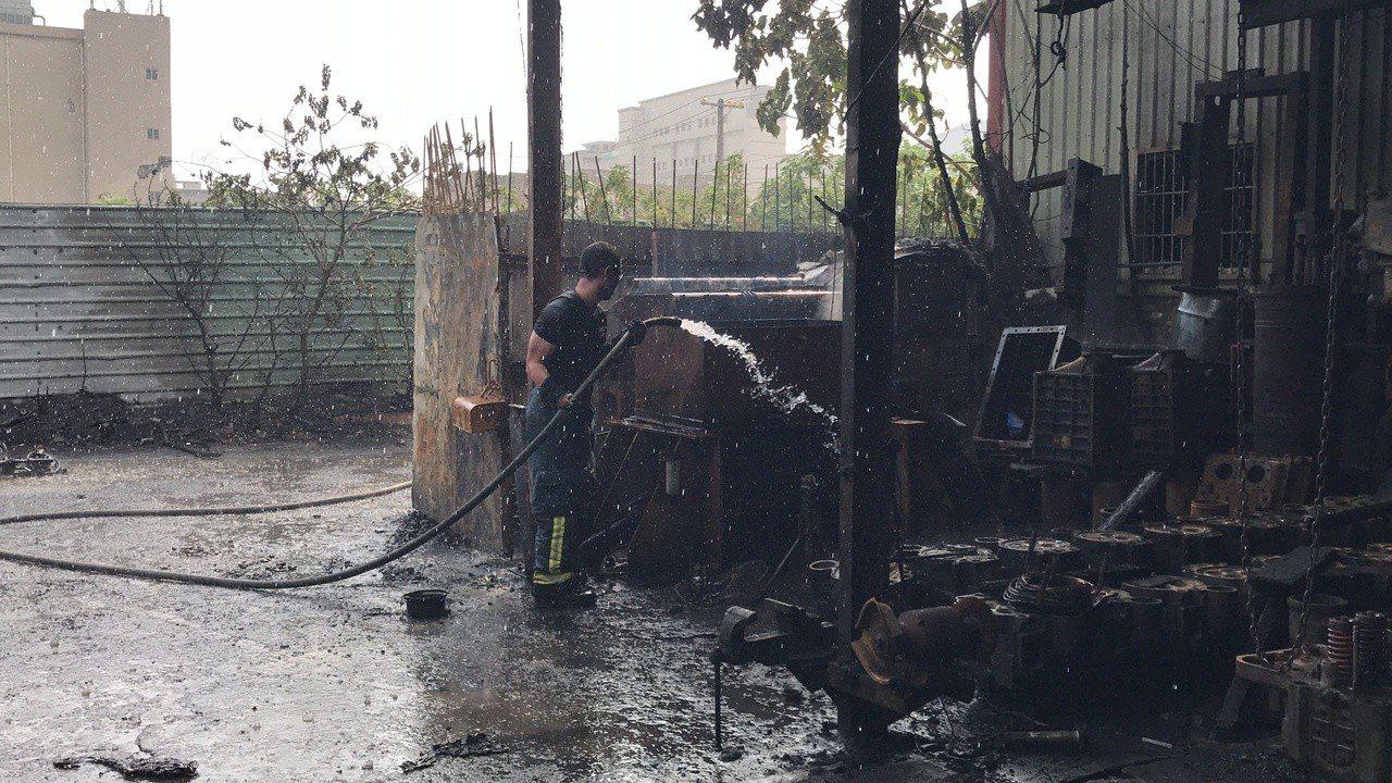 現場火勢撲滅後,觀察現場還有煙竄出,消防人員趕緊布水線,防止火勢複燃,至於起火原...