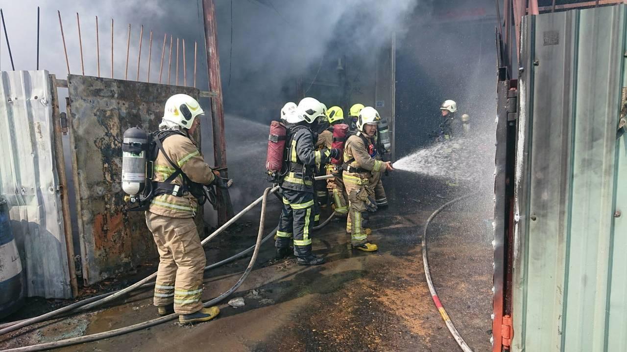 消防人員抵達現場滅火。記者劉星君/翻攝