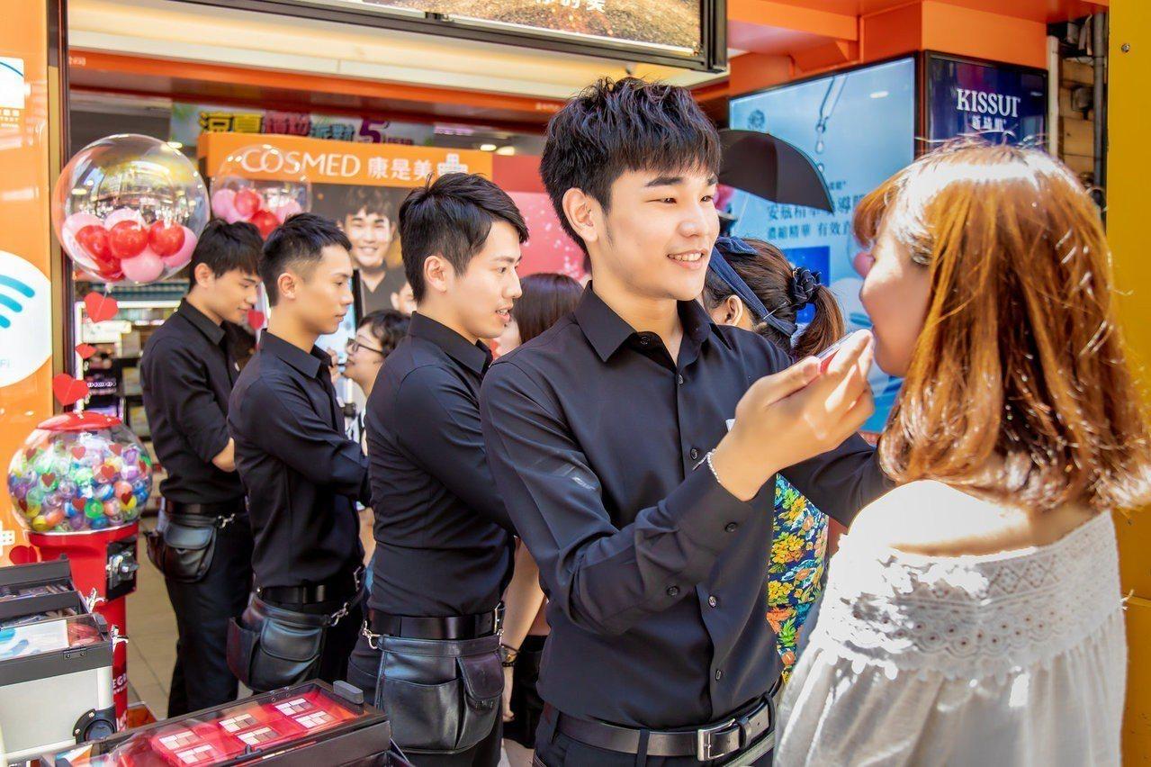 康是美彩妝師天團「SHINE」全台巡迴,首場吸引上百位消費者前來體驗。圖/康是美...