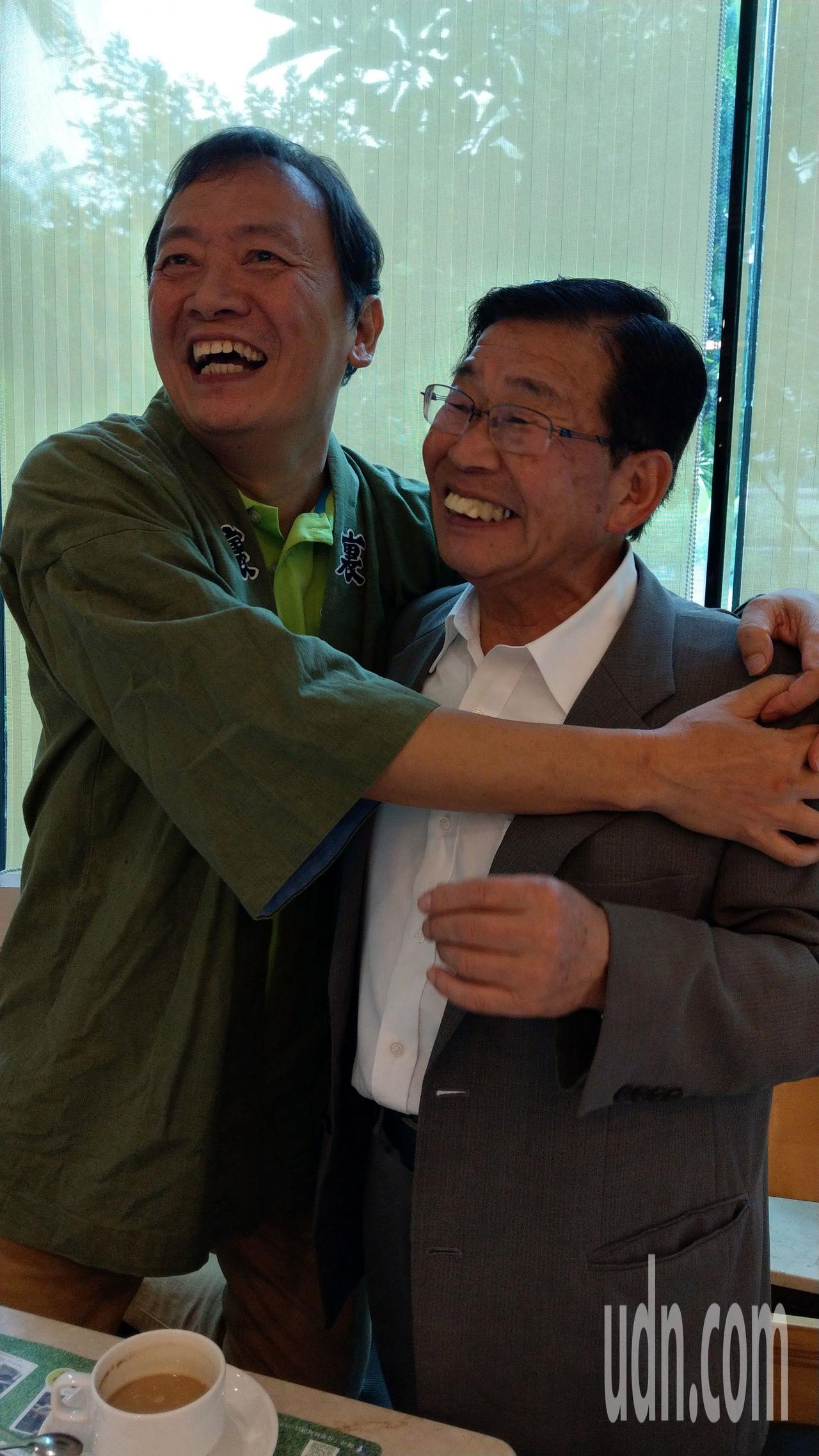 日本福島縣北塩原村長小椋敏一(右)與台中市觀光協會祕書長陳文旭(左)相見歡。記者...