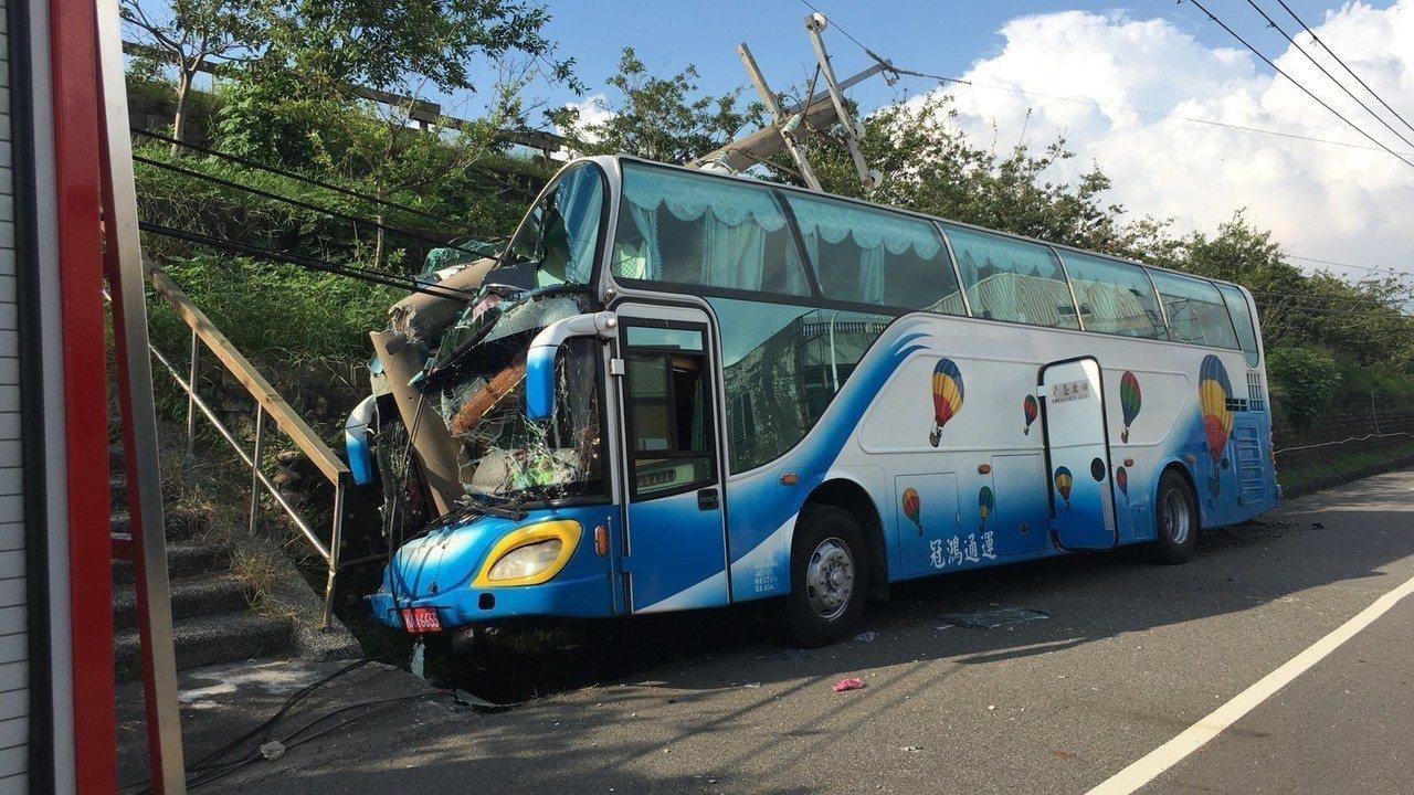 進香團遊覽車撞路邊電桿,有6名乘客受傷。記者謝恩得/翻攝