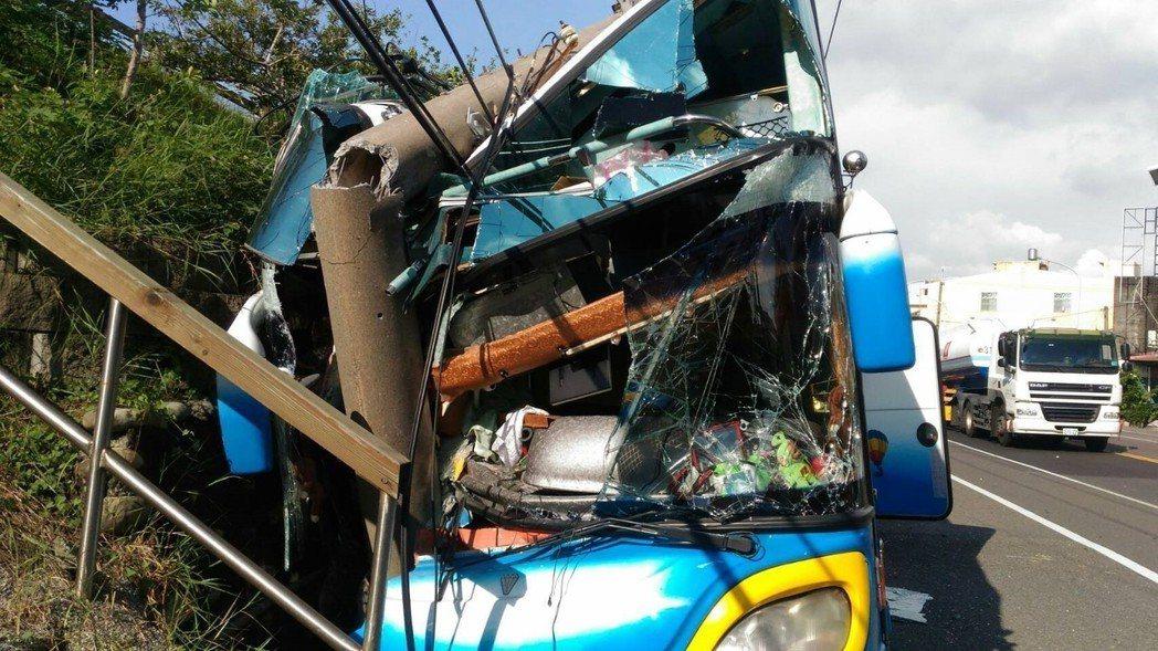 進香團遊覽車在159線嘉義新港,撞路邊電桿車頭全毀。記者謝恩得/翻攝