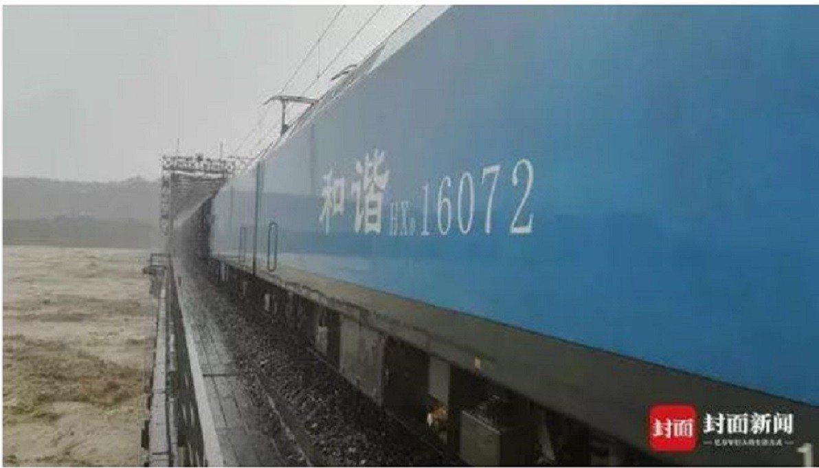 兩名90後司機駕駛兩列4000噸級重載貨運列車,用火車重量壓住橋樑,抵禦洶湧而至...