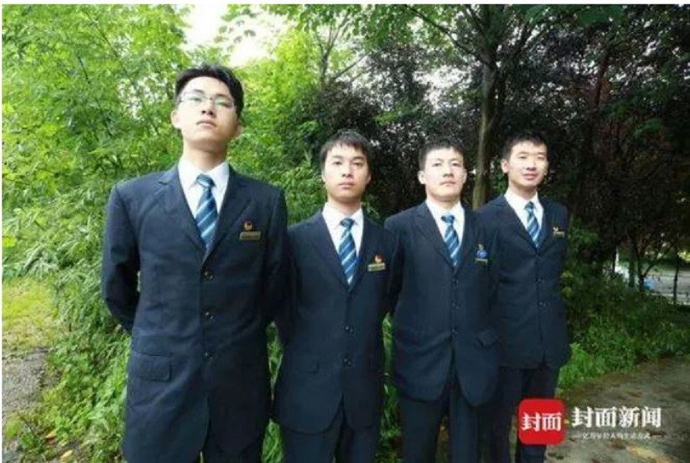 副司機王鐵錚(左起)、司機張強、司機陳龍、副司機譚力維,一起負責這次火車壓橋任務...