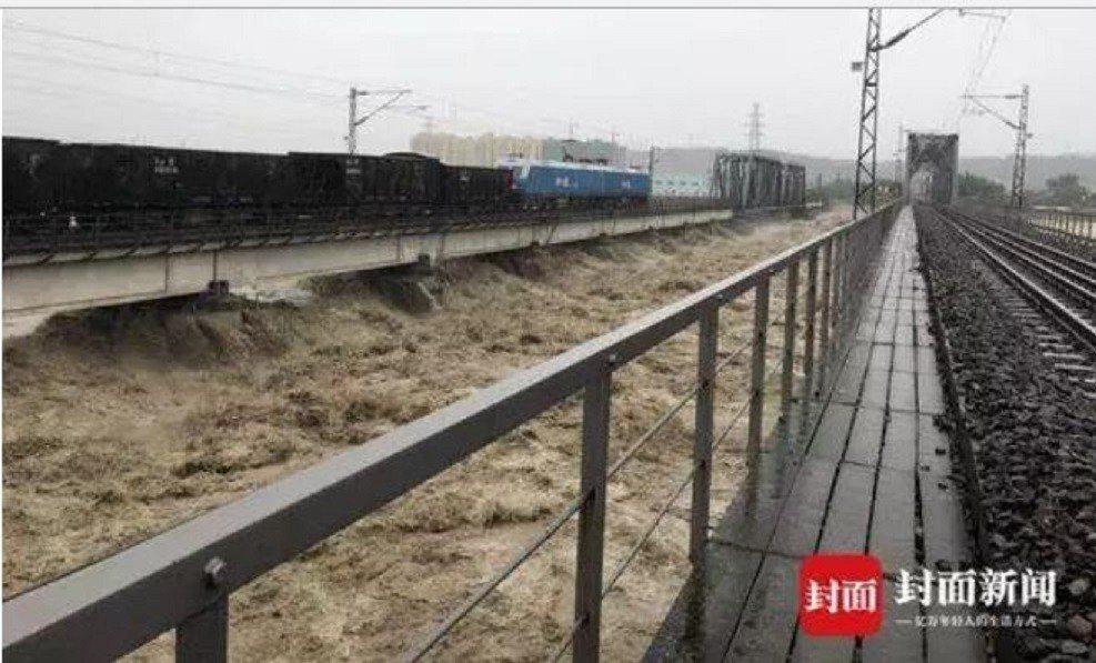水位迅速上漲,一度危及寶成鐵路涪江大橋的安全。封面新聞