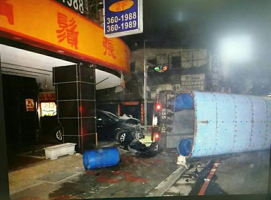 一輛貨車遭小客車猛力撞擊,不敵傾倒。圖/警方提供