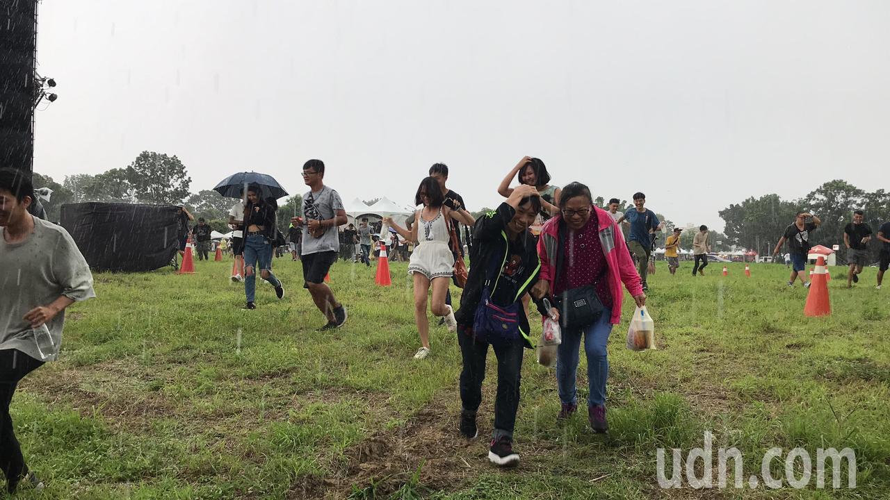 台南市長參選人林義豐今在台南平實營區舉辦「crazy friday」音樂會,近5...