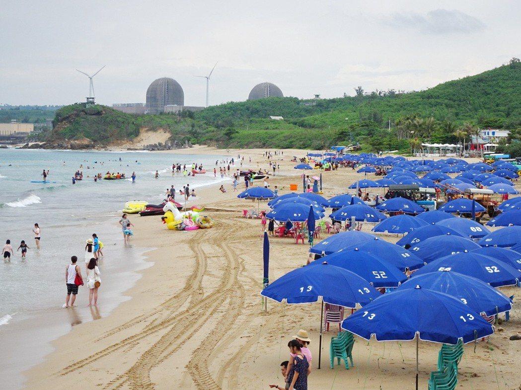 防曬乳是夏日海邊遊客的必備品,防曬乳中的二苯甲酮研究證實有害珊瑚;墾丁國家公園南...