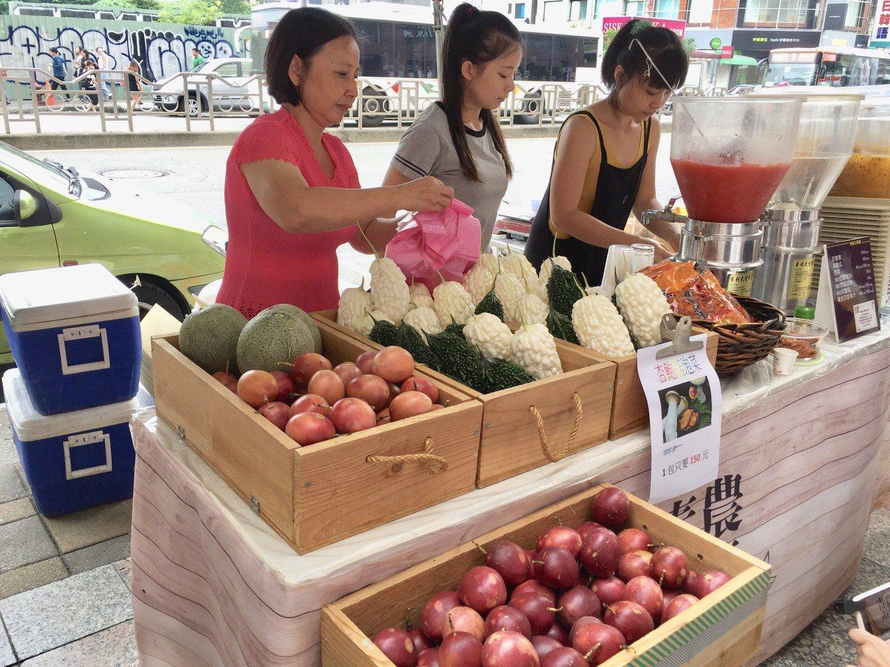 中友「青農市集」標榜新鮮蔬果產地直送。記者宋健生/攝影