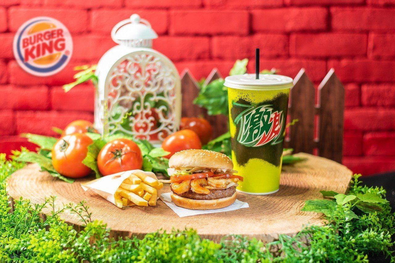 暑期限定海陸雙拼 「安格斯牛肉燒蝦堡」,套餐售價169元。圖/漢堡王提供