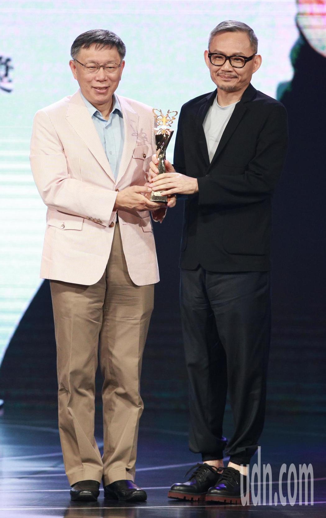 2018台北電影獎,台北市長柯文哲(左)頒發楊士琪卓越貢獻獎給導演陳國富(右)。...