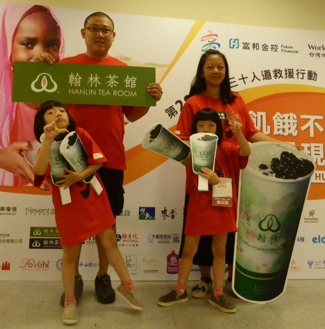 從事餐飲行業的夫妻吳嘉瑋、蘇雪鳳,帶著雙胞胎女兒參加飢餓三十,希望女兒能珍惜食物...