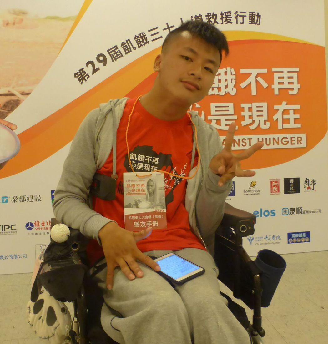 高雄市向陽自立生活協會總幹事李祥濬坐著輪椅參加飢餓三十,關懷更多需要幫助的人。記...