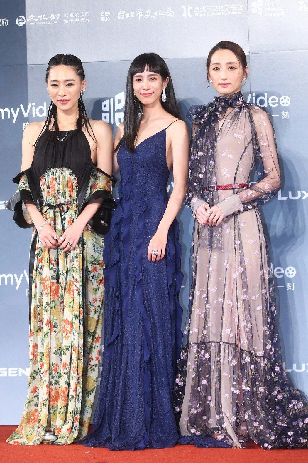 吳可熙(左)以De Beers花卉元素的鑽石耳環和戒指,搭配印花長洋裝。記者王騰...